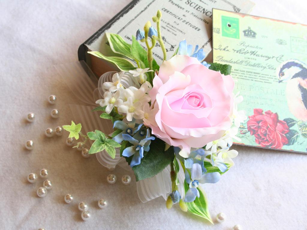 ソフトピンクのバラのコサージュ
