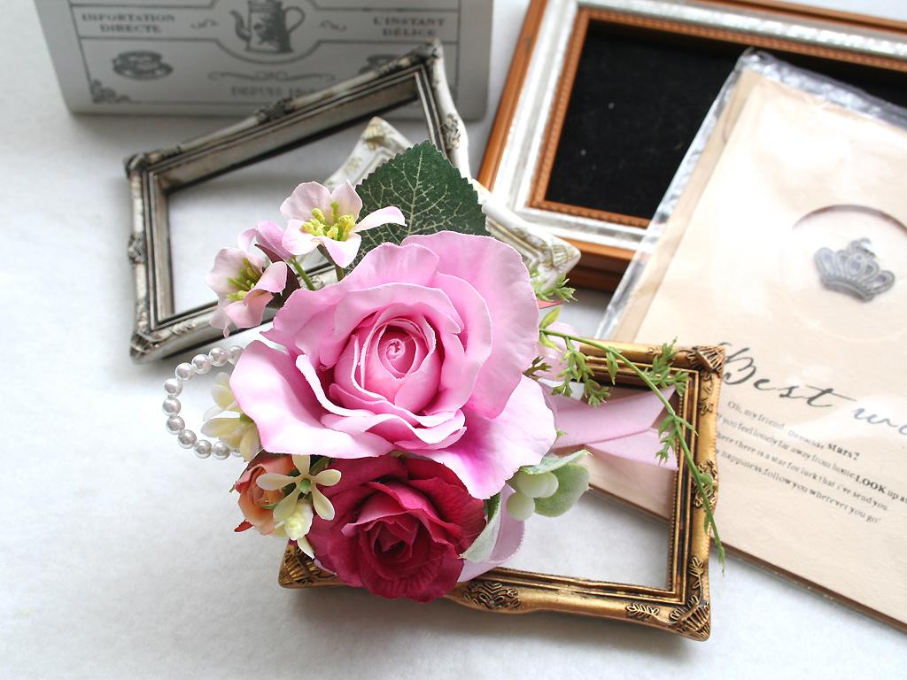 スイートピンク色のバラのコサージュ
