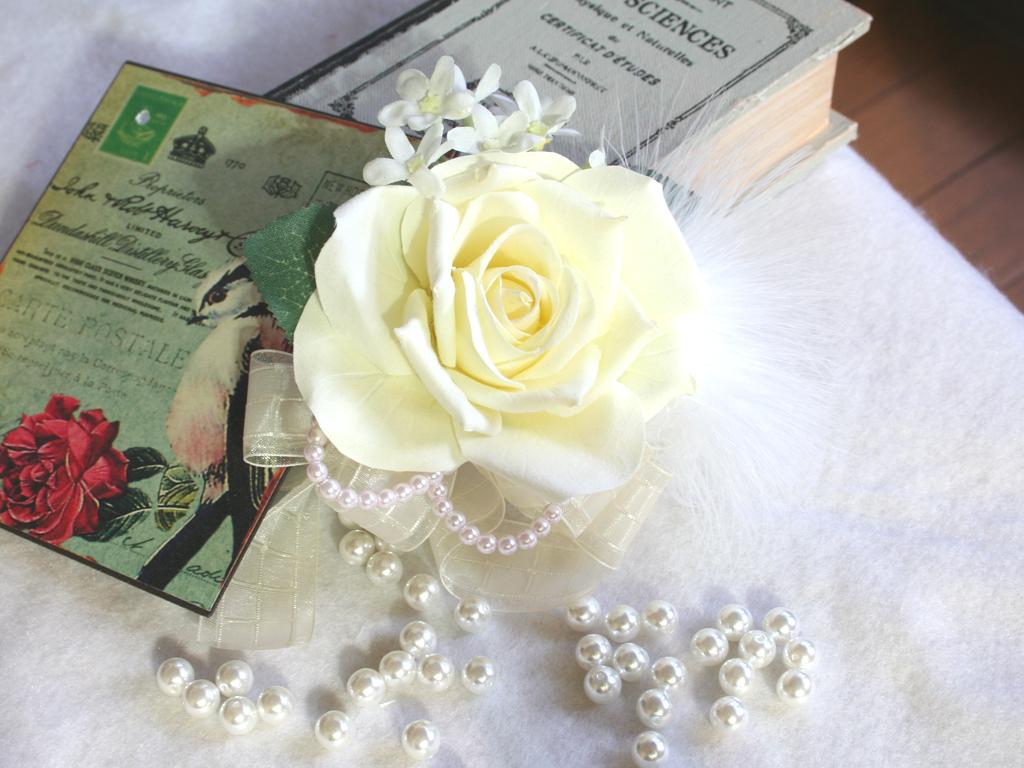 白バラとファーのコサージュ