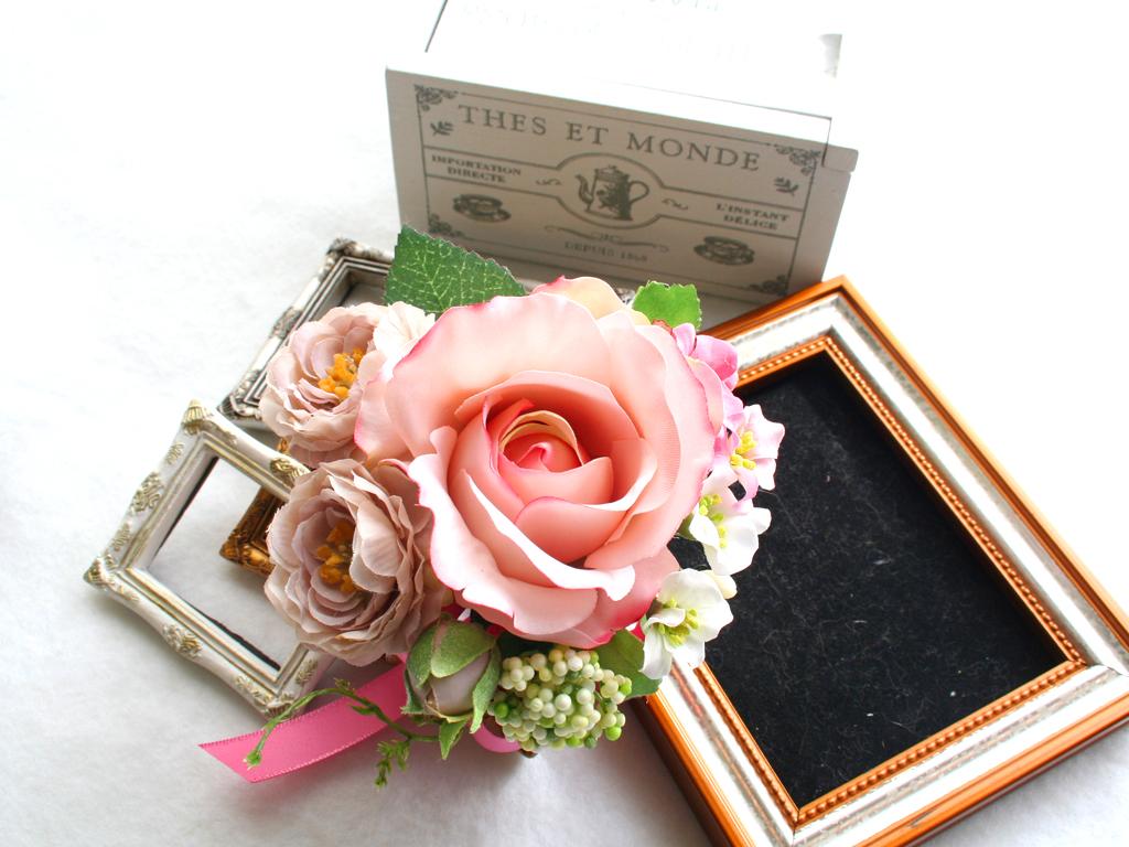 ピンクのバラのコサージュ
