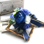 ブルー系を集めたバラのコサージュ